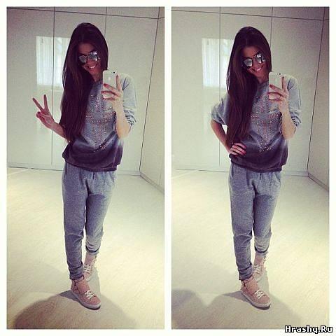 Фото девушка в спортивном костюме в зеркале