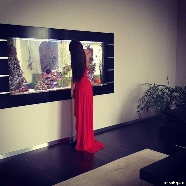 Фото брюнеток в платье со спины